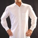 Auch bei geöffnetem Kragen und dünnem Oberhemd ist das hautfarbene Unterhemd für Herren nicht sichtbar