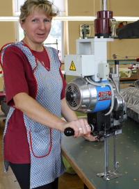 Frau Spichtinger von Hereiha Textil demonstriert uns die Zuschneidemaschine.