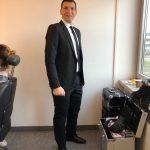 Das Resultat: der Anzug sitzt perfekt! Saki mit ALBERT KREUZ Wäsche und Anzug