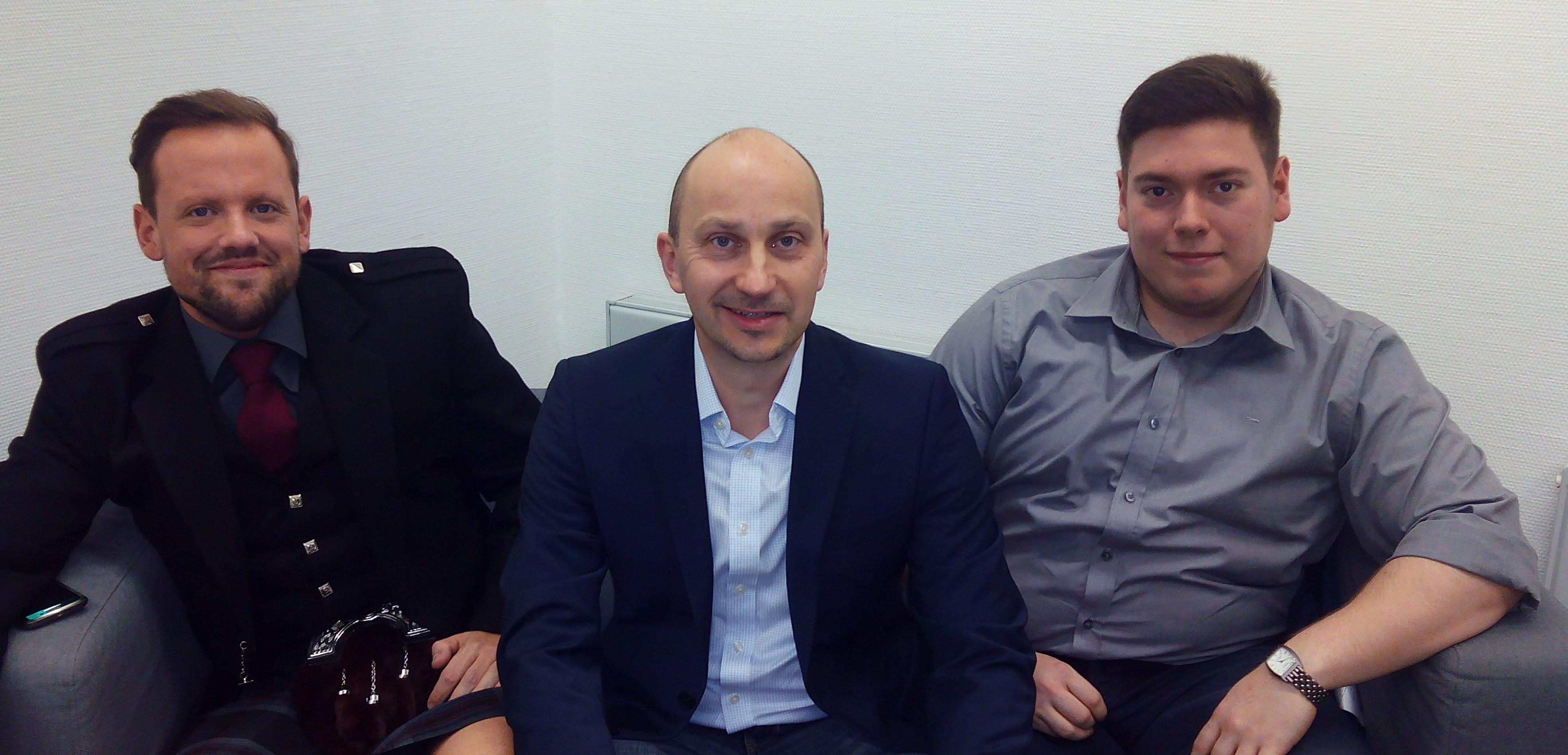 Geschäftsführer Uwe Schmidt mit David (links) und Andrej (rechts)